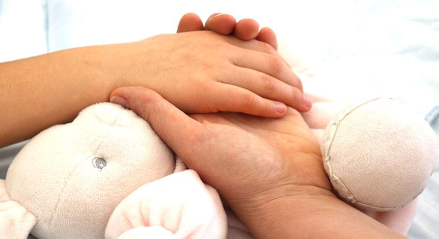 La main d'un enfant en domaine hospitalier