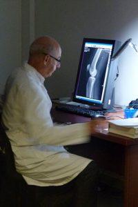 Radiologue en train d'analyser une radio